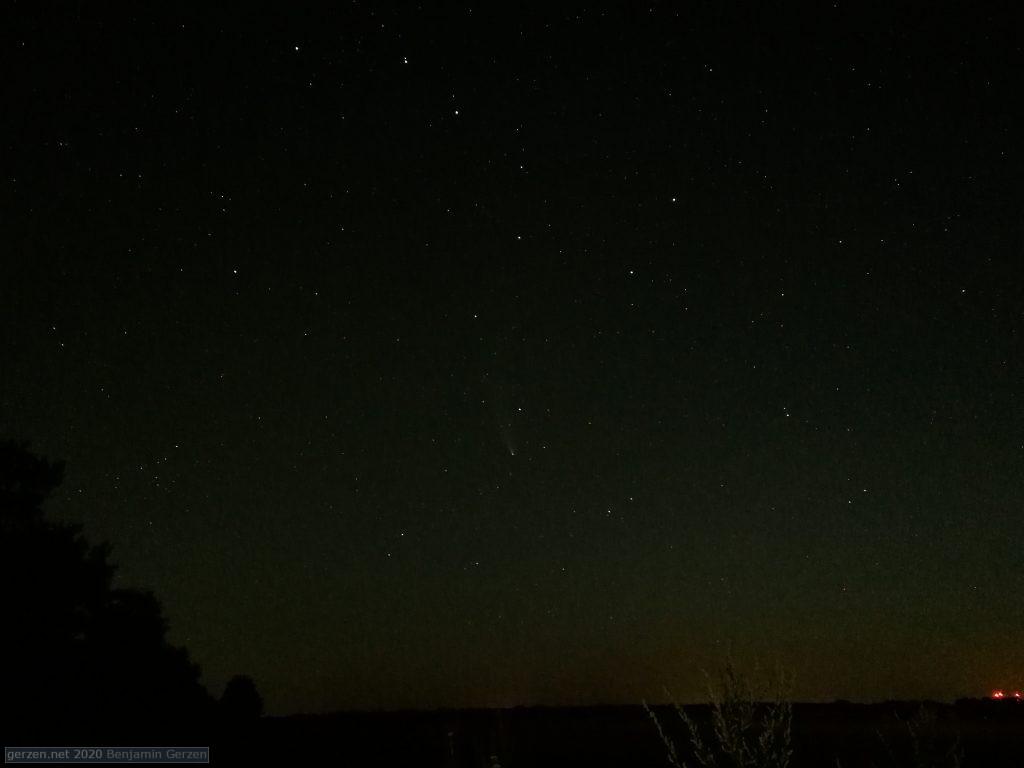 Комета Неовайз в ночном небе