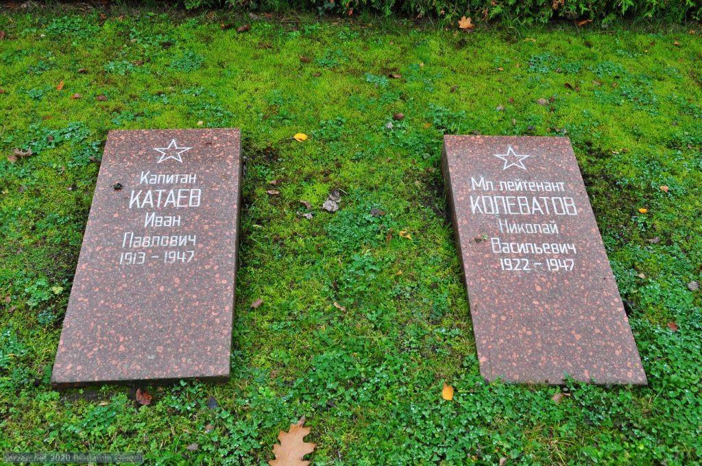 Могилы офицеров в парковом кладбище Марцан