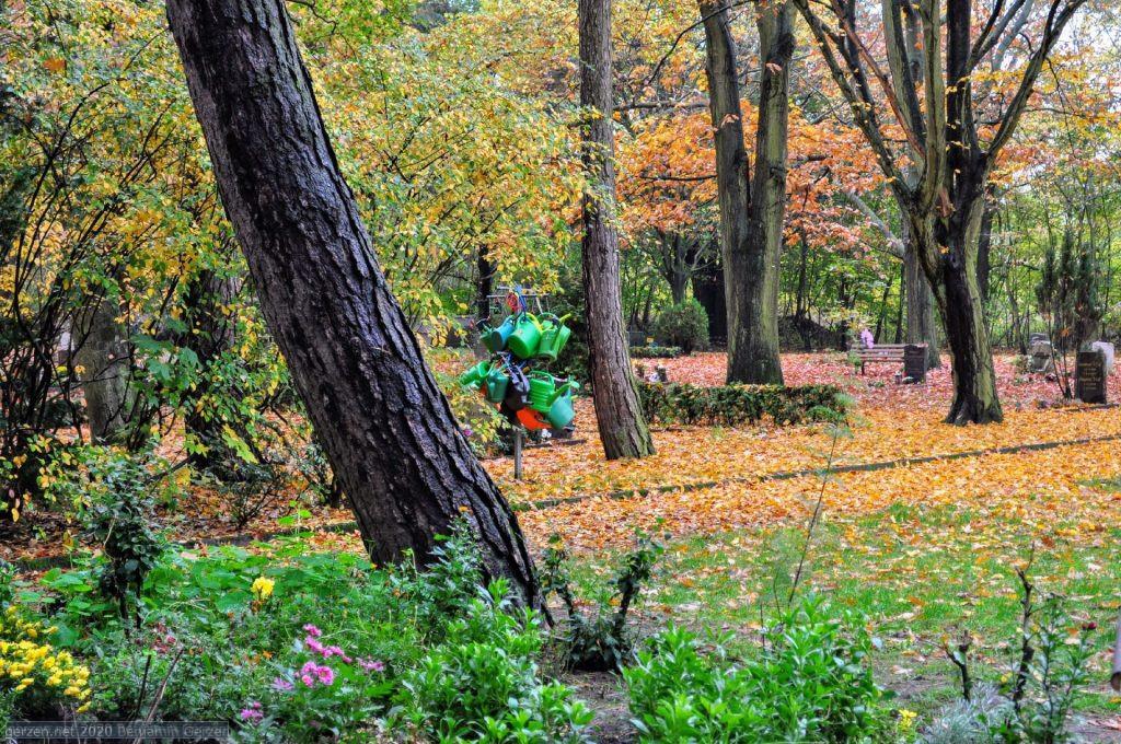 Лейки для ухода могилами на парковом кладбище Марцан